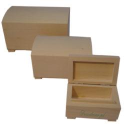 Zestaw drewnianych kufrów