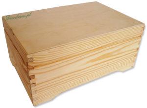 Drewniany kufer na nóżkach.