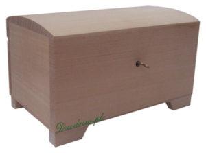 Drewniany kufer z zamkiem