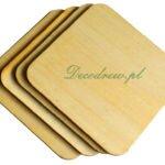 Drewniana podkładka w kształcie kwadratu. Produkcja podkładek drewnianych w różnych kszatałtach.