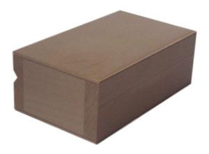 Drewniane zamykane pudełko prostokątne.