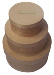 Zestaw trzech okrągłych drewnianych pudełek.