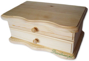 Drewniana szkatułka do ozdabiania.