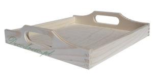 Drewniana tacka z uchwytami do noszenia.