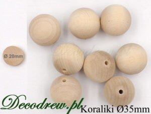 Prowadzimy koraliki drewniane hurt oraz produkcja usługowa. Korale średnicy 35mm rozsypane na stole.