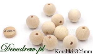 Sprzedaż i produkcja koraliki drewniane naturalne, rozsypane na stole.